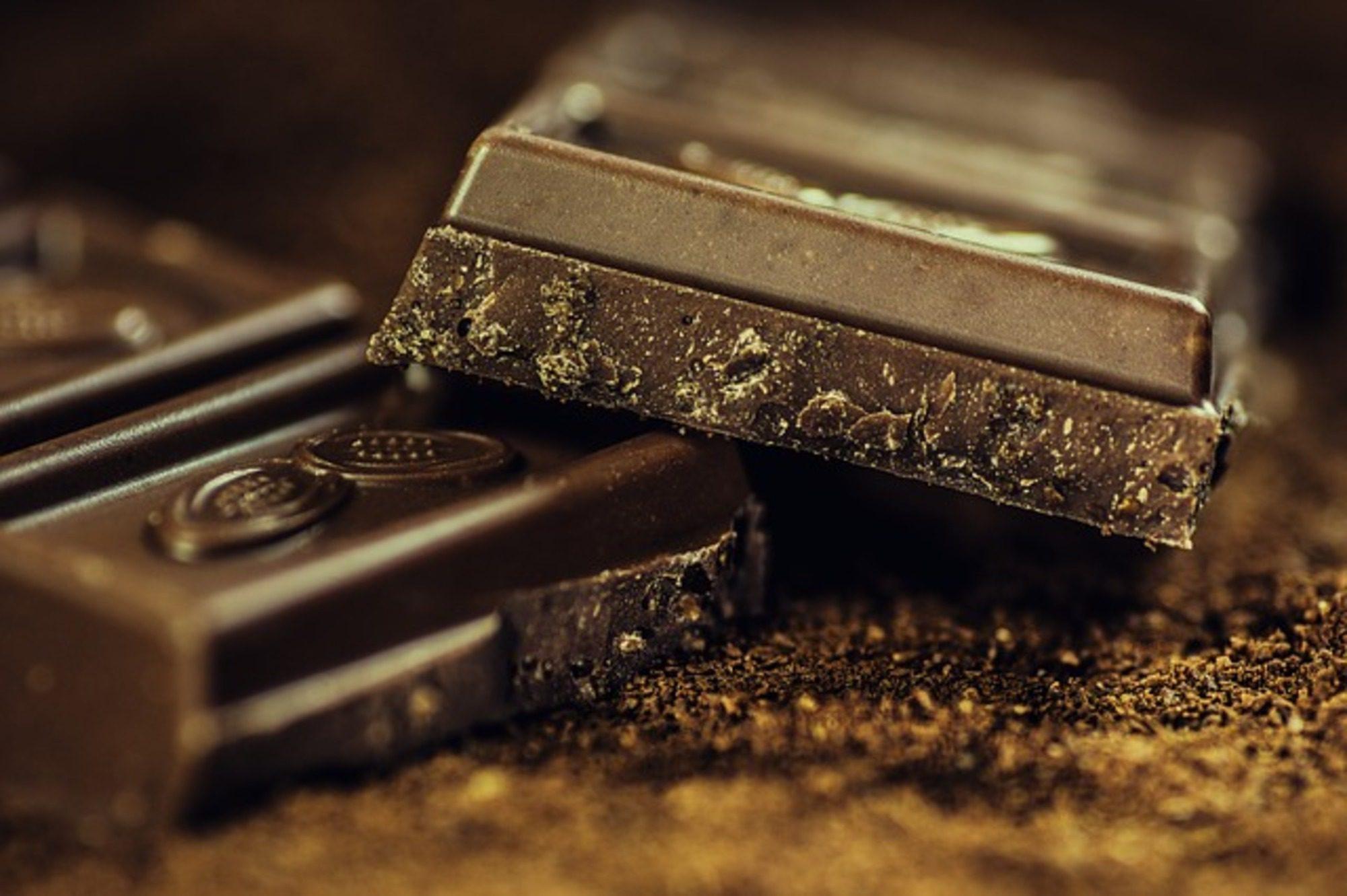 Nejlonszatyor és csokoládé