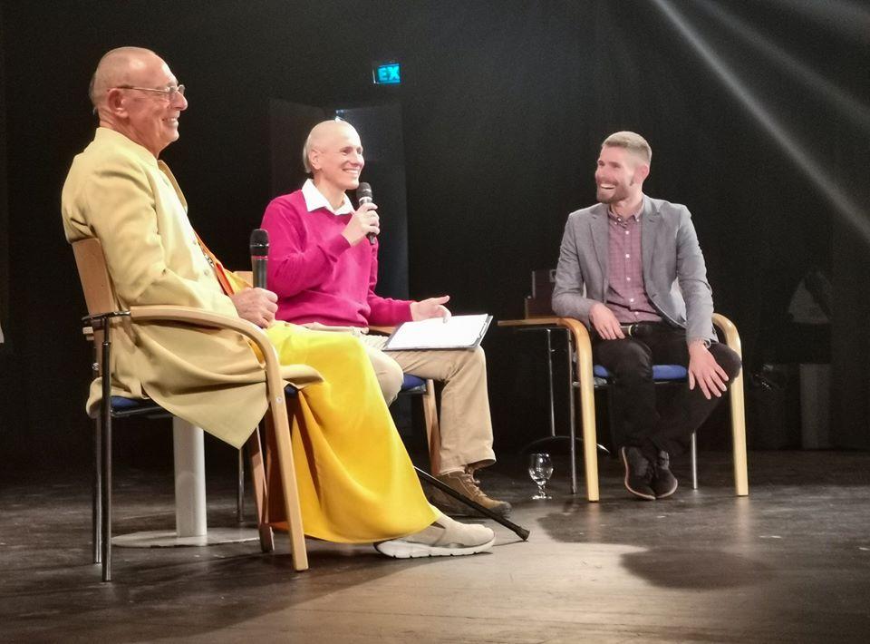 """""""Lelkét vesztett jóga"""" – Beszélgetős est Sivaráma Swámival és Medvegy Gergellyel – Videó!"""