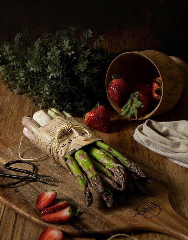 Kora nyár ünneplő receptek spárgával és eperrel