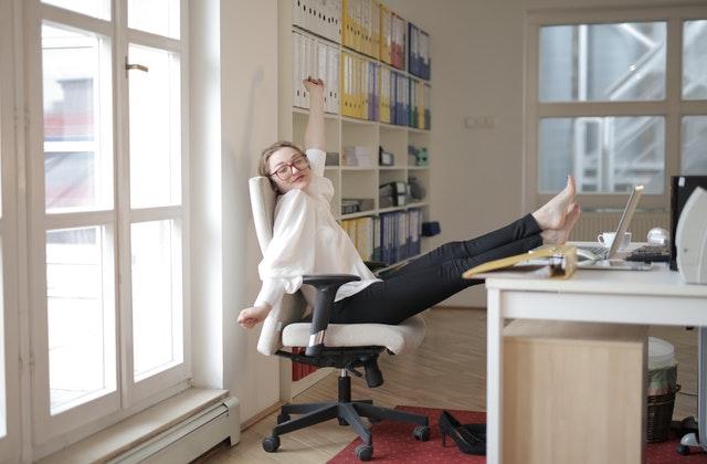 Ez a 10 perces irodai jóga garantáltan fel fog frissíteni